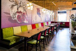 Architekci zadbali o to, by restauracja pomimo swoich rozmiarów, była przytulna i klimatyczna, ten efekt uzyskali dzięki podziałowi na dedykowane strefy. Projekt: 3DPROJEKT architektura. Fot. Urszula Czapla