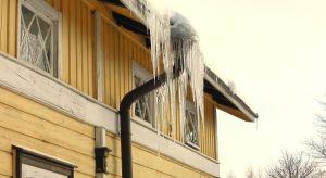 Grube warstwy białego puchu pokrywają konary drzew, rynny uginają się pod ciężarem lodu, a zalegająca na dachu domu pokrywa śnieżna testuje wytrzymałość jego konstrukcji. Dlatego nie warto czekać aż wydarzy się coś złego, trzeba działać