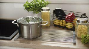 Modna od lat stal nierdzewna nigdzie tak dobrze się nie sprawdza, jak w kuchennym wnętrzu. Wykonane z niej akcesoria są niezwykle praktyczne.