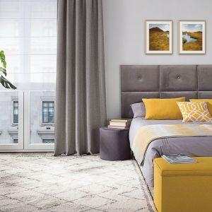 Aranżacja sypialni - skrzynia tapicerowana i zasłona na szelkach, kolekcja tkanin Wooly. Fot. Dekoria