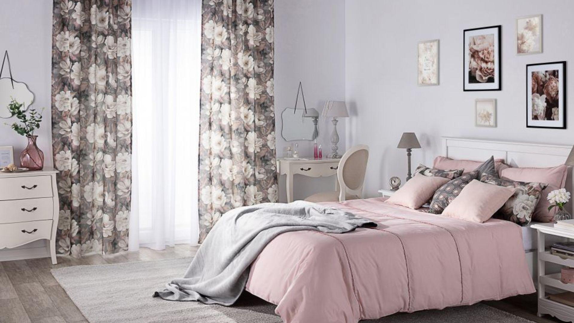 Aranżacja sypialni - zasłona na szelkach i poszewki Kinga na poduszki, kolekcja tkanin Gardenia. Fot. Dekoria
