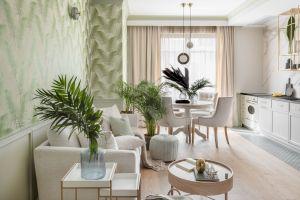 Na wakacyjny apartament w Sopocie składa się oddzielony ciekawym przeszkleniem hol, salon z aneksem kuchennym i kącikiem jadalnianym, duża łazienka oraz dwie sypialnie. Projekt: JT Grupa. Foto: ayukostudio.com