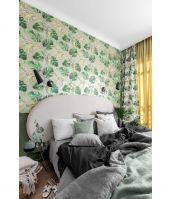 W sypialni rodziców zastosowano odważną tapetę pełną zielonych liści monstery. Ten sam deseń pojawia się także na zasłonach okiennych. Projekt: JT Grupa. Foto: ayukostudio.com