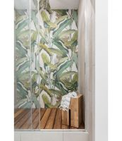 W dużej, komfortowej łazience znajdziemy przestronny prysznic. Na jego tylnej ścianie botaniczne wzory, jak z dawnego leksykonu roślin. Projekt: JT Grupa. Foto: ayukostudio.com
