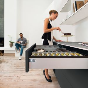 Nowoczesnych szuflad nie musimy ukrywać, bo pięknym designem cieszą oko. Można się nimi pochwalić na równi z… umiejętnościami kulinarnym. Fot. Hettich