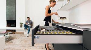 Od nowoczesnych mebli oczekujemy czegoś więcej niż tylko efektownej formy. Otwierane i zamykane wielokrotnie każdego dnia szuflady muszą się delikatnie i maksymalnie wysuwać i miękko domykać. Co ważne, sekret ich sprawnego działania musi pozost
