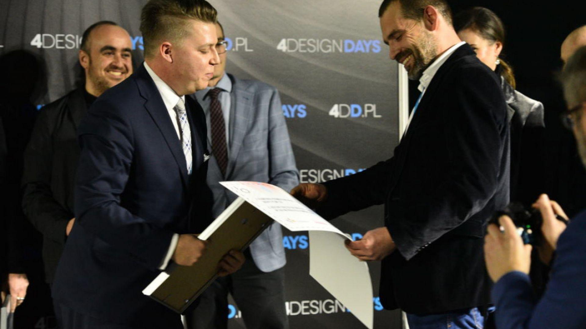 DESIGN-it-UP – Projekt na starcie. Oto zwycięzca: Radek Kozubski, partner, Bike2box. Nagrodę wręcza Sebastian Rączkowski, CitySpace