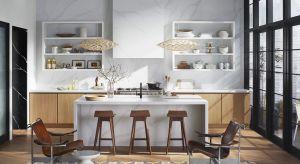 Modne kuchnie wpadają do salonu z towarzyską wizytą. Zintegrowane z wnętrzem, nie narzucają wizualnie swojej funkcji, dyskretnie wtapiając się w tło otoczenia.