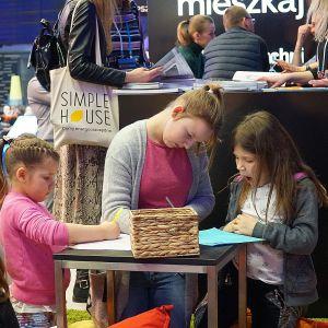 Na stoisku Dobrze Mieszkaj dzieci tworzyły kreatywne projekty domów. Fot. Justyna Łotowska