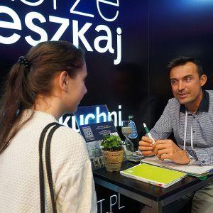 Bezpłatne porady architektów na stoisku Dobrze Mieszkaj. Na zdjęciu Bartosz Iskierko.