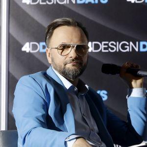 """Artur Indyka, projektant wnętrz - moderator panelu """"Kolor ma znaczenie - trendy 2019"""". Fot. PTWP"""