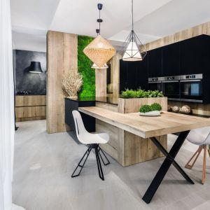 Wysoka zabudowa w kuchni. Projekt: Meble Vigo. Fot. Artur Krupa
