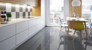 Nowoczesna architektura wnętrz coraz częściej stawia na otwartą przestrzeń kuchenną z centralnie położoną wyspą, która pełni rolę wygodnego stołu roboczego.