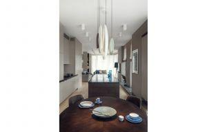Kuchnia płynnie łączy się z salonem. Projekt: Katarzyna Kraszewska. Zdjęcia: Tom Kurek. Stylizacja: Eliza Mrozińska