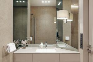 W rodzinnej łazience znalazło się miejsce na kabinę prysznicową. Projekt: Katarzyna Kraszewska. Zdjęcia: Tom Kurek. Stylizacja: Eliza Mrozińska