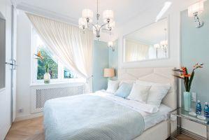 Sypialnia wydaje się być oazą spokoju. Utrzymana jest w kolorach rozbielonych pasteli, które zastosowane z umiarem, są nie tyle słodkie, co kojące. Projekt: Izabela Kubicka (Qubus Architekci). Fot. Dekorian Home