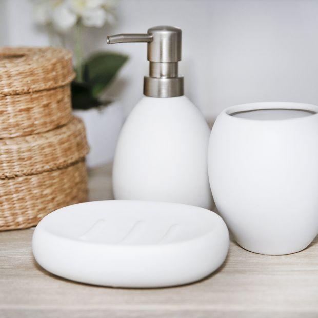Czarno-biała łazienka: praktyczne akcesoria