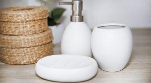 Do czarno-białej łazienki poza podstawowym wyposażeniem potrzebne będą niezbędne akcesoria, a więc między innymi wszystko, co pozwoli na komfortową pielęgnację i utrzymanie pomieszczenia w czystości.