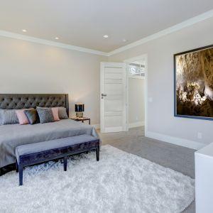 Eleganckiej sypialni dodają szyku jasne drzwi Premium Nefryt. Fot. 4iQ