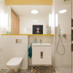 Szczególny zachwyt wzbudza łazienka. Jest przemyślana w każdym detalu, a dodatkowego uroku nadają jej wnęki, podkreślone za pomocą patchworkowego wzoru płytek. Projekt i zdjęcia: KODO Projekty i Realizacje