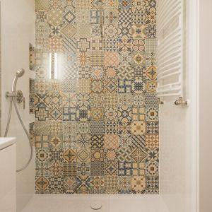 Patchworkowy wzór  znalazł zastosowanie nie tylko na podłodze, ale także w strefie prysznicowej – na jednej ze ścian i we wnękach. Projekt i zdjęcia: KODO Projekty i Realizacje