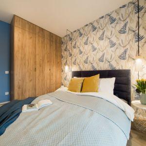 W sypialni uwagę przyciąga wzorzysta tapeta z motywem florystycznym. Projekt i zdjęcia: KODO Projekty i Realizacje