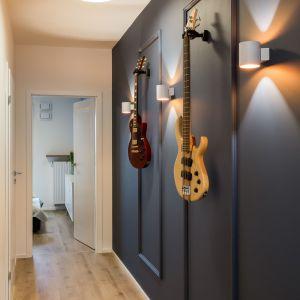 Zainteresowania mieszkańców poznajemy już na wejściu. Naszą uwagę przykuwa bowiem korytarz ze sztukaterią, która stanowi doskonałą bazę dla instrumentów muzycznych. Projekt i zdjęcia: KODO Projekty i Realizacje