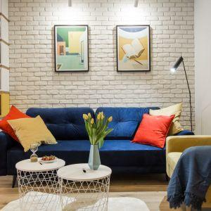 Zastosowane w salonie kolory, dzięki odpowiednim tonacjom, tworzą doskonałe trio i punkt centralny całej aranżacji.  Projekt i zdjęcia: KODO Projekty i Realizacje
