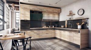 """W najnowszych prezentacjach kuchnia zaskakuje przytulnością i bardziej """"domowym"""" obliczem. To zasługa głównie dekorów drewnianych, ale również otwartych półek, które dosłownie zawładnęły jej przestrzenią. W tym sezonie ponownie ociepla"""