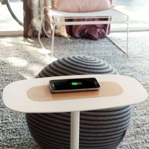 Przeglądanie Internetu bez kabli w zasięgu wzroku i jednoczesne picie kawy umożliwi stolik Nex. Fot. Spell /Dutchhouse.pl