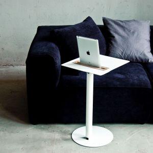 Przeglądanie Internetu bez kabli w zasięgu wzroku i jednoczesne picie kawy umożliwi stolik Nomad. Fot. Spell /Dutchhouse.pl