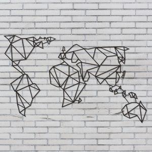 Dekoracje i dodatki w stylu industrialnym: czarna metalowa dekoracja ścienna Wall Decor World 299 zł. Fot. Bonami.pl