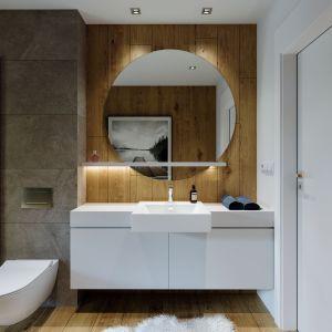 W łazience postawiono na szarości i płytki z dekorem naturalnego drewna. Dom HomeKONCEPT 66. Projekt i zdjęcia: HomeKONCEPT