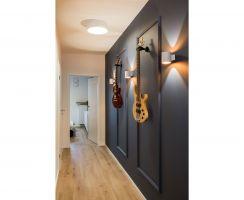 Na wejściu uwagę przykuwa korytarz ze sztukaterią, która stanowi doskonałą bazę dla instrumentów muzycznych. Pierwsze skrzypce grają tu... gitary. Projekt: KODO. Fot. Piotr Czaja