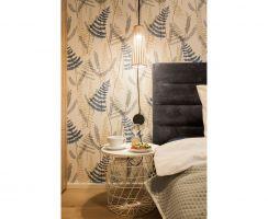 W sypialni na uwagę zasługuje tapeta z niezwykle modnym, roślinnym motywem. Projekt: KODO. Fot. Piotr Czaja