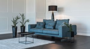 Nowy model sofy jest rzadkim połączeniem oszczędnego, nowoczesnego wzornictwa ze zdecydowanym charakterem. Geometryczny kształty mebla zmiękczają delikatne pikowania.