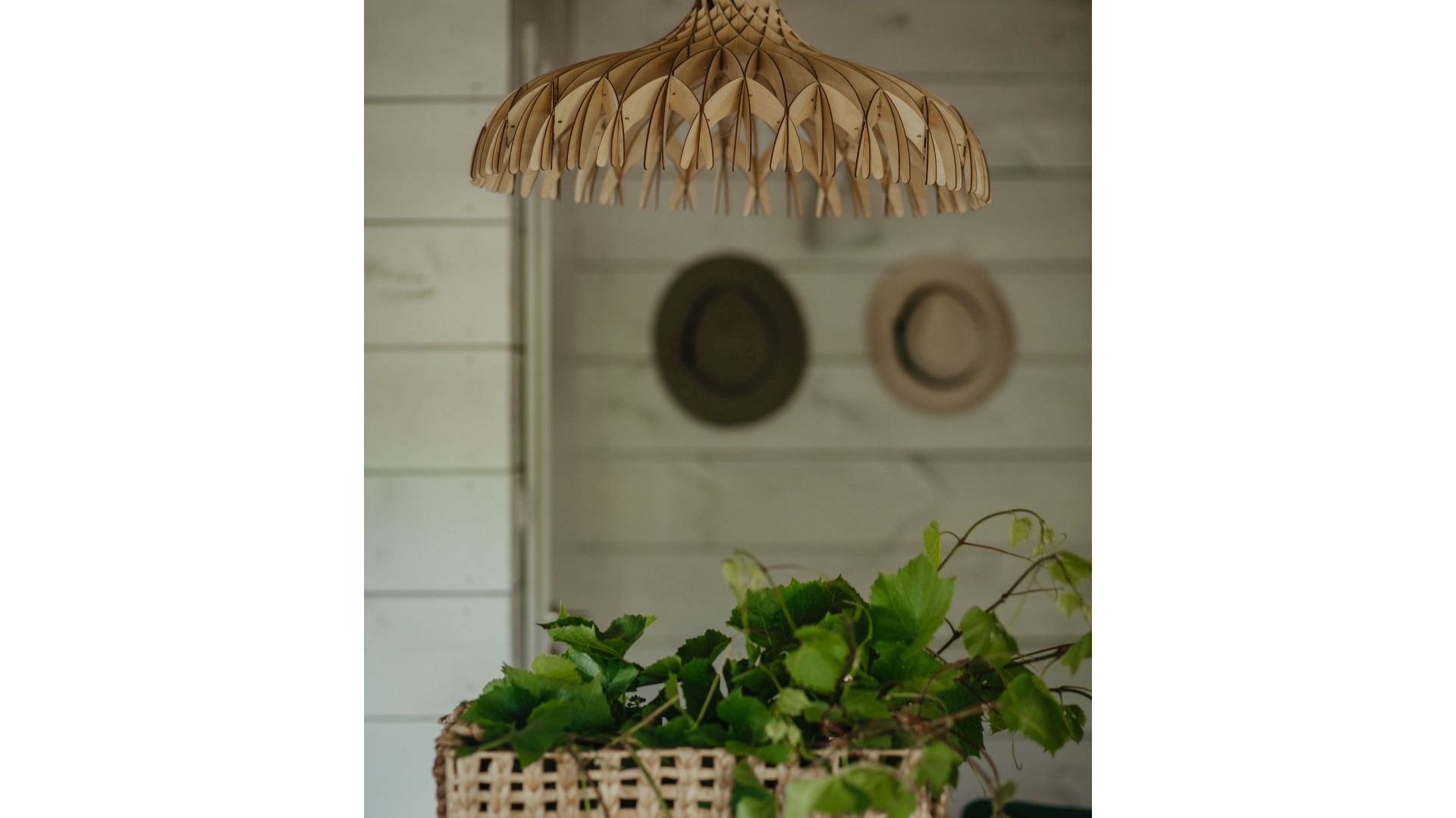 Oryginalna lampa nad kuchenną wyspą tworzy w przestronnym wnętrzu niezwykłą grę świateł i cieni. Projekt: Monika Buśko-Kuś. Fot Jakub Jakubicki