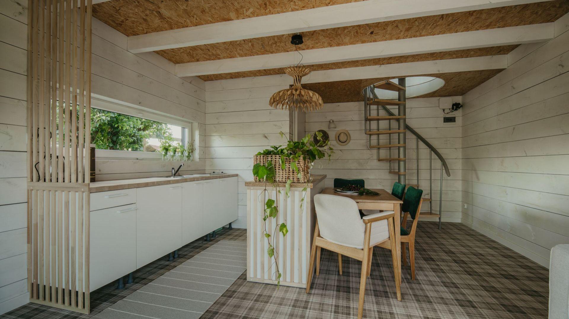 We wnętrzu ogrodowego domu odnajdziemy nawiązania do stylistyki