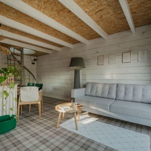 Dom łączy w sobie cechy nowoczesnej daczy, wiejskiego domku i ogrodowej altany. Projekt: Monika Buśko-Kuś. Fot Jakub Jakubicki