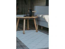 Mamy się tu relaksować, nie przejmować porządkiem. Stąd na przykład na podłodze zastosowano gres w kratkę, na którym nie widać zabrudzeń i dywaniki z łatwo zmywalnych materiałów. Projekt: Monika Buśko-Kuś. Fot Jakub Jakubicki
