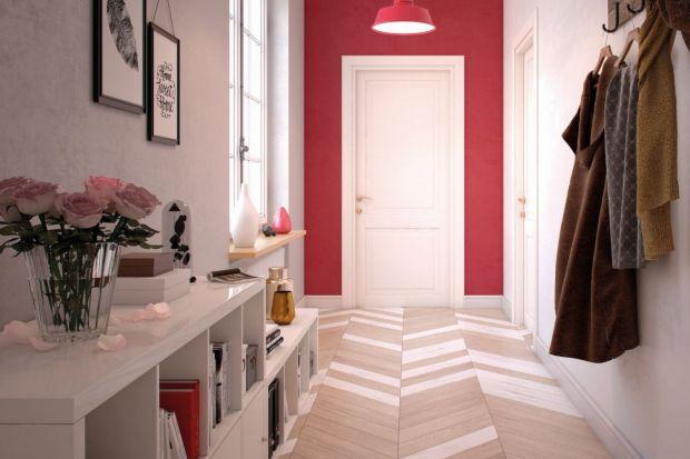 Jak sprawić, by przedpokój nie był tylko przechodnim pomieszczeniem bez wyrazu? Postaw na kolor, który podkreśli charakter wnętrza!Efektowny wzór na ścianie, intensywna barwa oraz umiejętna gra dodatkami sprawią, że domowy korytarz nabierze n