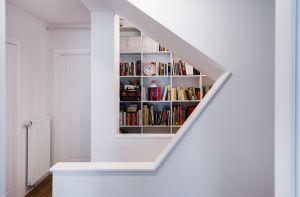 Obok schodów znalazło się miejsce na dość pokaźną domową biblioteczkę. Projekt i zdjęcie: Joanna Ochota