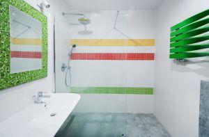 Gdyby nie łazienka, można by powiedzieć, że w domu niepodzielnie króluje szarość. Projekt i zdjęcie: Joanna Ochota