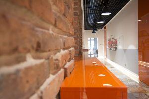 Właściciel z wielką dbałością i szacunkiem do miejsca realizuje remont obiektu. Projekt i zdjęcie: Joanna Ochota