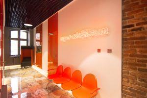 W budynku XIX-wiecznej kamienicy powstały nowoczesne biura.  Projekt i zdjęcie: Joanna Ochota