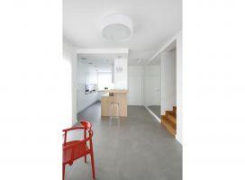 Projekt wnętrza stanowi subtelne połączenie stylu nowoczesnego i retro. Biel ścian oraz dekoracyjną powściągliwość zestawiono ze stylizowaną formą mebli. Projekt: Joanna Ochota. Fot. Bartosz Jarosz