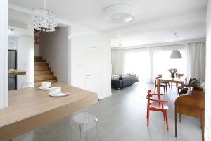 Salon oraz jadalnia połączone we wspólną przestrzeń tworzą idealne miejsce do spędzania czasu ze znajomymi i rodziną. Projekt: Joanna Ochota. Fot. Bartosz Jarosz