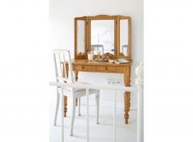 W sypialni znalazło się również miejsce na drewnianą, stylizowaną toaletkę oraz pojemną szafę z przesuwanymi drzwiami. Projekt: Joanna Ochota. Fot. Bartosz Jarosz