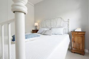 Łóżko to nie tylko przestrzeń do wypoczynku, ale również ozdoba pomieszczenia, za sprawą dekoracyjnej, ażurowej konstrukcji zagłówka. Projekt: Joanna Ochota. Fot. Bartosz Jarosz