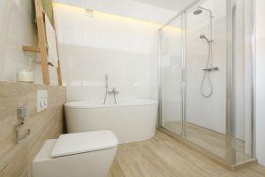 Tuż obok sypialni usytuowana jest przestronna łazienka, z której korzystają wszyscy domownicy. Projekt: Joanna Ochota. Fot. Bartosz Jarosz
